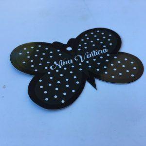Etiqueta troquelada con forma de mariposa